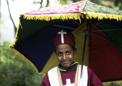 Chico saliendo de la iglesia en Etiopía