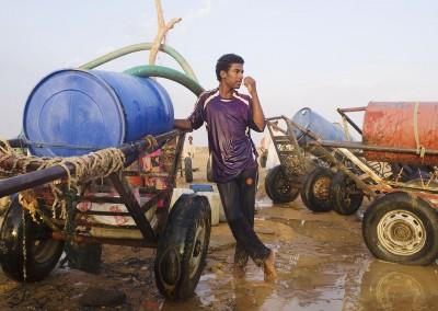Chico recogiendo agua de un pozo en Sudán