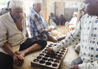 Hombre jugando al Wari en Zanzíbar