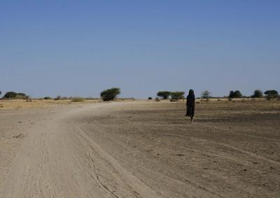 Mujer en el desierto en Tanzania