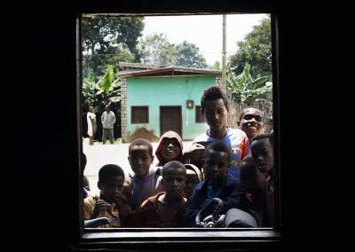 Niños mirándome en Etiopía