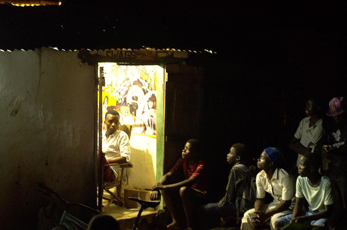 Hombres mirando la televisión en Malawi