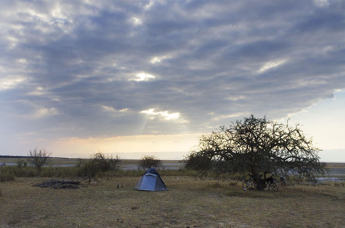 Campamento montado enel perímetrodel lago Eyasi.