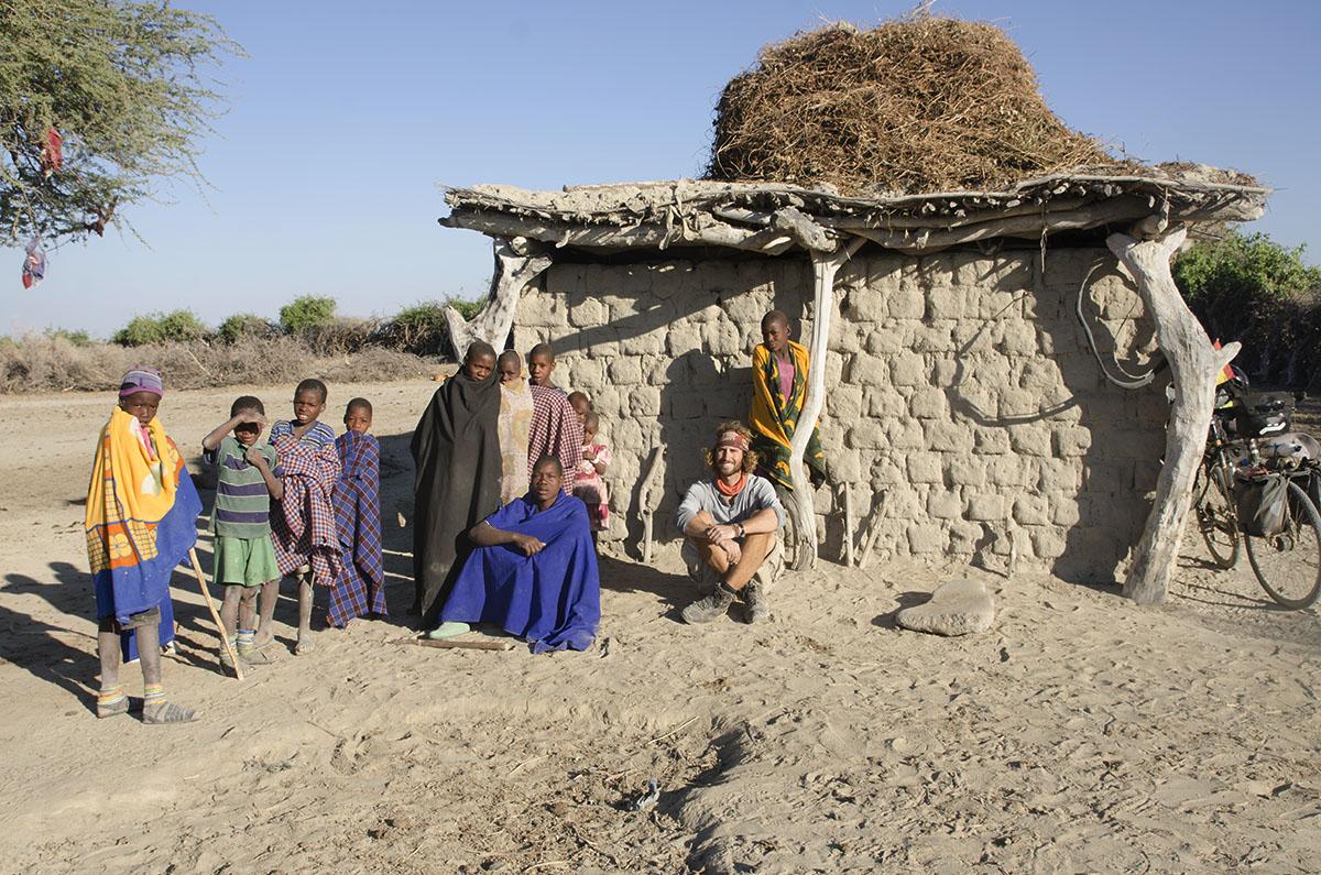 Al día siguiente de dormir conla tienda en el terreno de esta pequeña aldea (Tanzania).