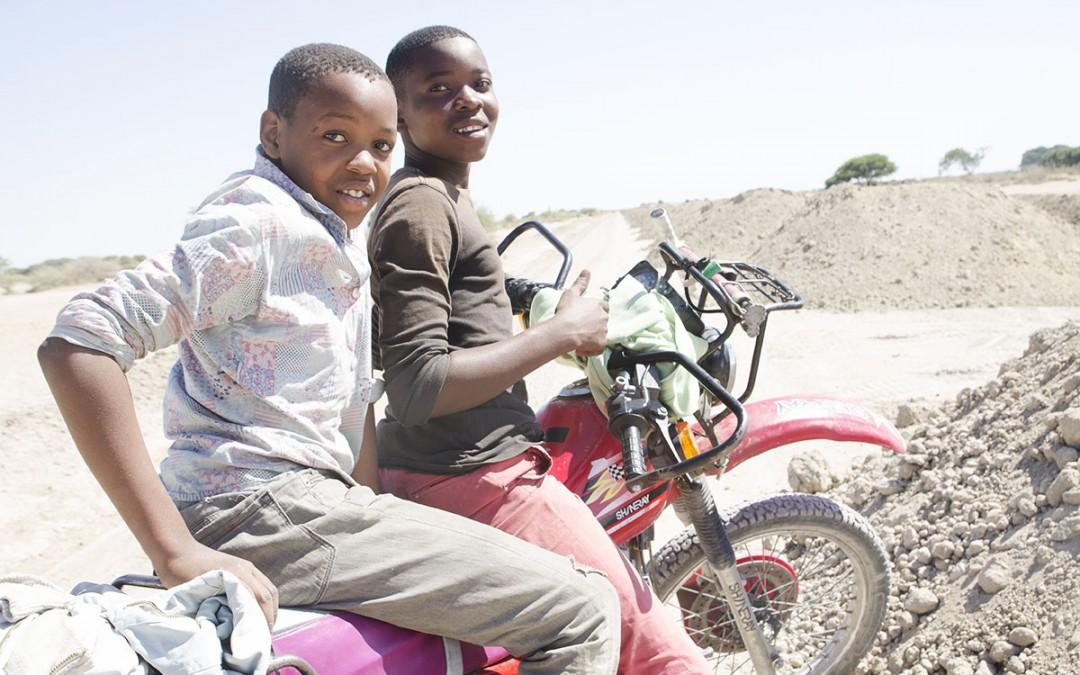 Niños, moto y desierto.