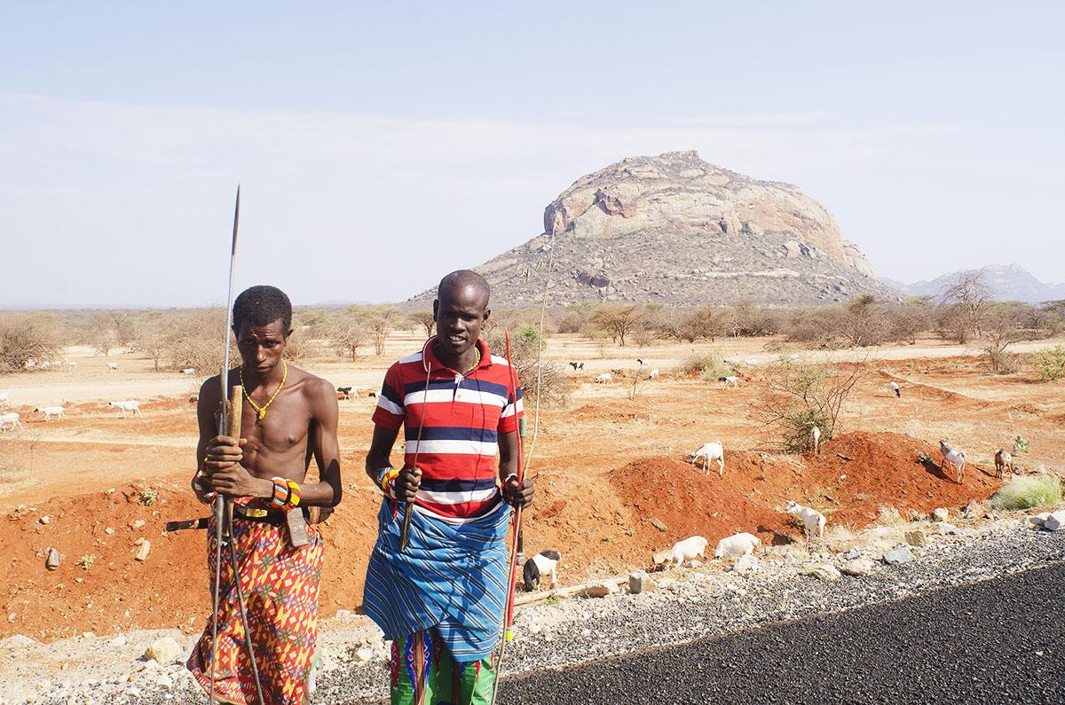Hombres de una tribu en el norte de Kenya
