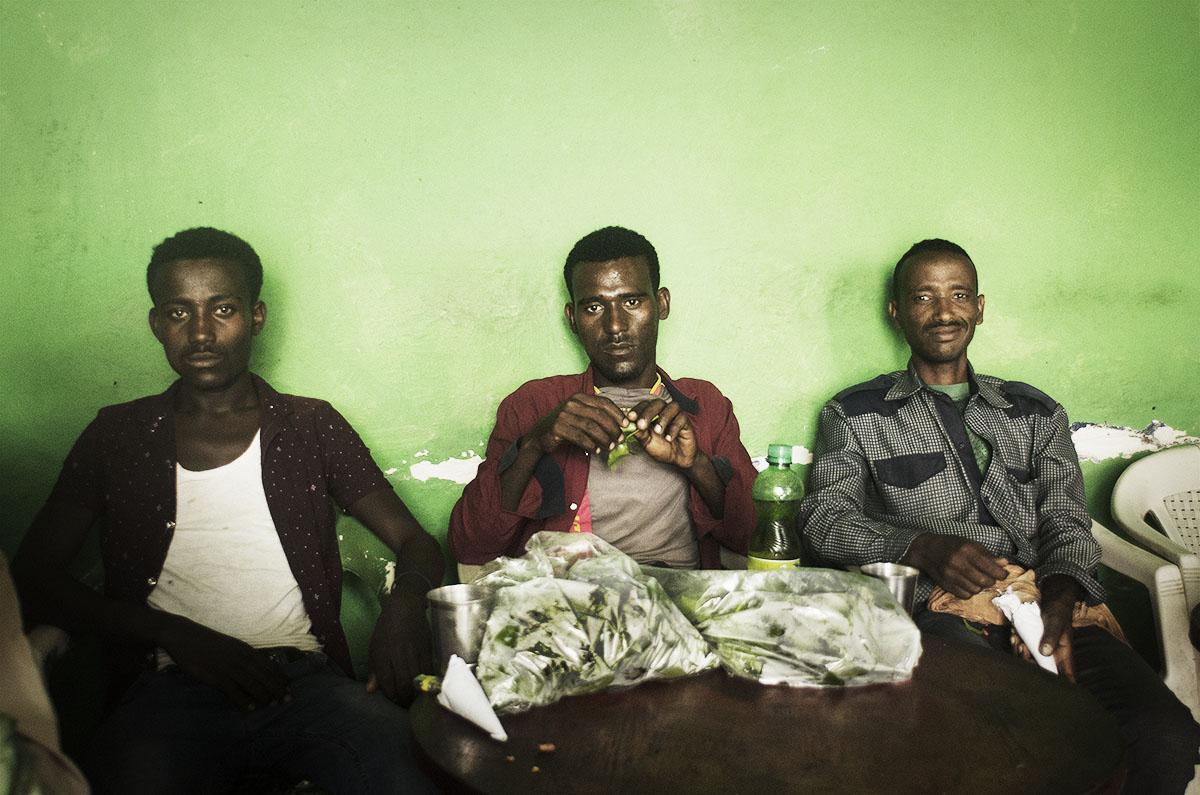 Hombres comiendo Chat en Etiopía