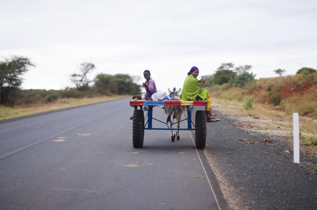 Madre e hijo transportáandose en burro (Etiopía)