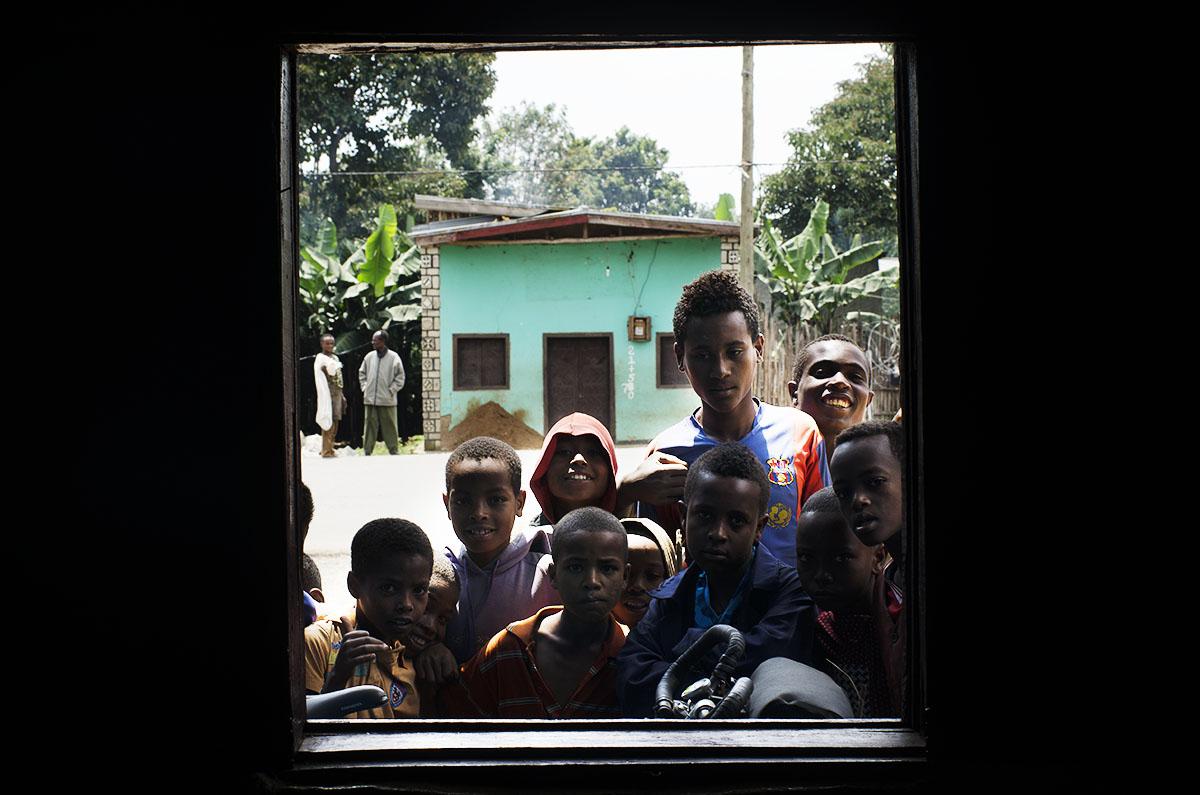 Niños curioseando tras la ventana (Etiopía)