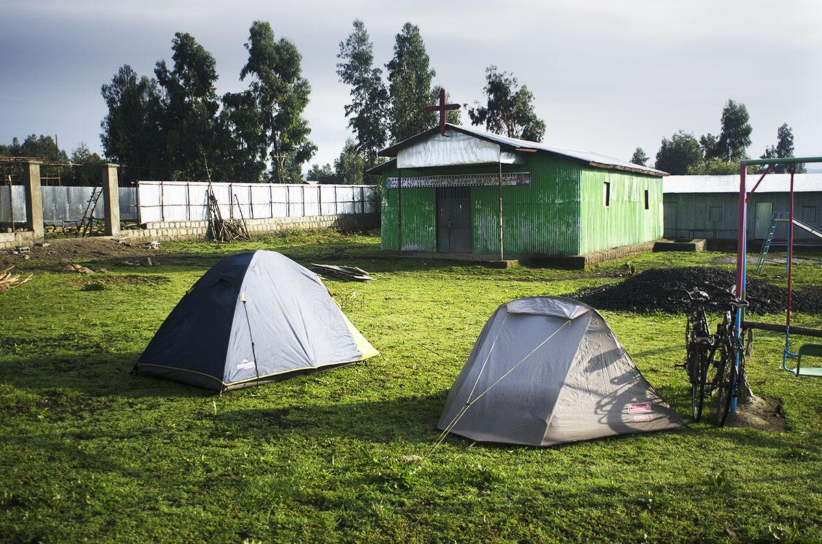 Durmiendo en el terreno que rodea una iglesia en Etiopía