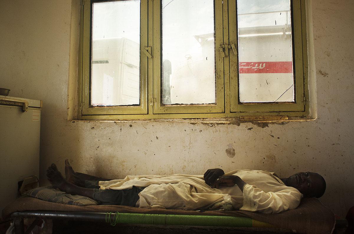 Hombre descansando en una cama sudanesa.