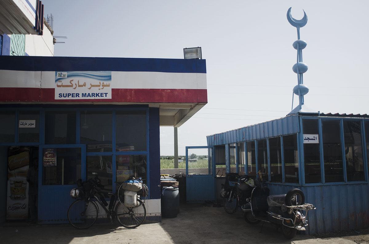 Gasolinera con supermercado y mezquita
