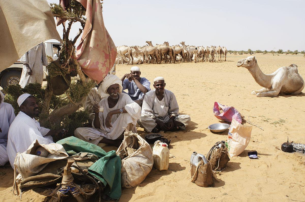 Gente en Sudán tomando el té en el desierto