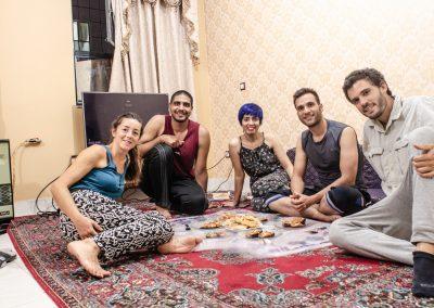 Jo, l'Ana, la Zeynab, la seva parella i un amic d'ells.